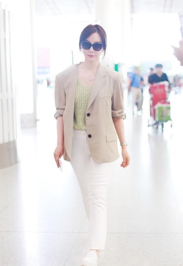 陈数穿西装搭小白裤清新又时髦