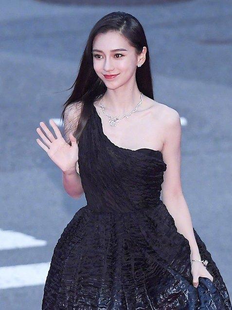 33岁的杨幂和30岁的婴儿还穿着黑色露肩连衣裙谁更好